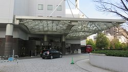 Front entrance to hotel, free shuttle bus is on the right.