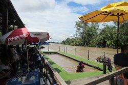 Deck para se refrescar no rio.