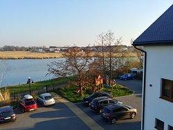 Niewielki parking w widoku na jezioro
