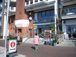 Wohnhäuser an der Rhein-Promenade. Die Tourist-Information.