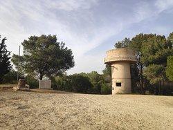 מבנים בריטים ממלחמת העולם השניה ואנדרטה ממלחמת העצמאות . נקרא גבעה 69