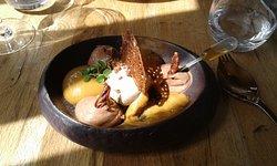 Dessert glace vanille et assortiment avec pipette de cognac.