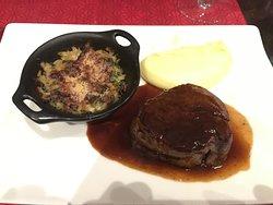 Filet de bœuf, jus corsé, purée de pommes de terre à l'huile de truffe