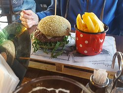 soggy rucola (aragula), dry bun, tasteless meat