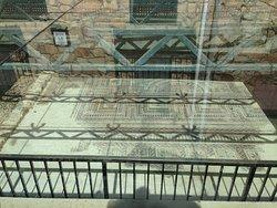 il mosaico, protetto da struttura