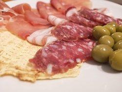 salumi locali su carasau e olive