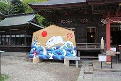 神社の本殿の横にあった大きな絵馬