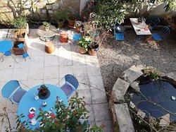 le patio vu de la terrasse au début du printemps,  MARS 2019