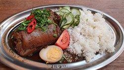 Codillo 'Khao Ka Moo', cerdo al rojo a baja temperatura, huevo encurtido, kailán y arroz