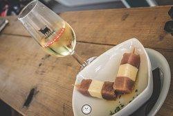 Banderillas de atún y queso con copa de fino