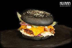 BLACK BURGER s trhaným mäsom, chedarom, červenou cibuľkou, šalátom Coleslaw a ľadovým šalátom