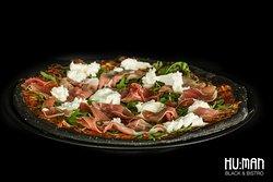 BLACK BUFFALO PIZZA  čierna pizza s mozzarellou di bufala a proscuitom
