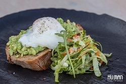 Avokádový domáci chlieb s pošírovaným vajíčkom a zeleninovým šalátikom - raňajkové jedlo