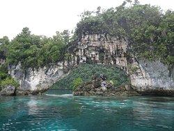 アーチ状の島・岩もあります。