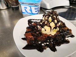 Brownie casero de Oreo con helado de vainilla... quien puede resistirse