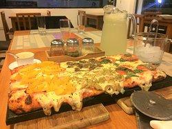 Queeeeeesooo... Pizza hawiaiana, champinones, carne y tomate.