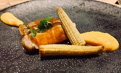 Cochon fermier basque, jus réduit façon barbecue, mousseline de patate douce, mini-maïs poêlés