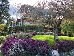 Das Haus liegt inmitten eines wunderschönen Garten