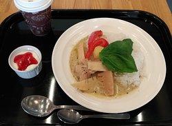 國學院大學博物館に隣接している学生食堂「カフェラウンジ若木ヶ丘」で提供されていたグリーンカレー