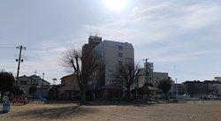 ホテル高雄の外観を向かいの公園から