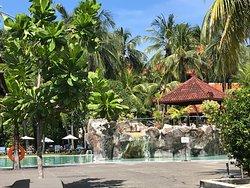 Excellent resort between beach and commercial street.