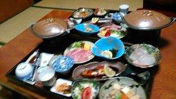 夕食も豪華 刺身2種8切れ、佐賀牛陶板焼き、焼き魚、サラダなど10種類以上。朝の湯豆腐はふわふわ