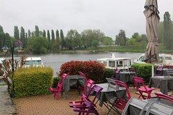 Cette crêperie est très bien située dans le village puisque celle-ci se trouve au port fluvial.