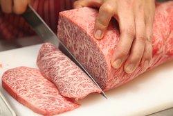 日本が産んだ世界最高傑作の芸術品と称される黒毛和牛のうち、 A4・A5ランクを厳選して仕入れています。積年の経験により、産地やブランドではなくお肉の状態を重視するスタンスで良質のお肉をご用意しています。