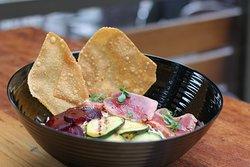 Tonijn Bowl Rijstnoedels of gemengde salade | verse tonijn | sesam | rode biet | courgette | spitskoolsalade | gember | Oosterse saus | krokante wonton