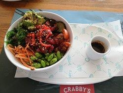 Poke bowl de atún con salsa de sésamo picante