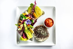 Zöldfűszerekkel grillezett gomolyasajt ajvárral, marinált zöldségekkel és szívsalátával - Grilled fresh cheese with green herbs coating served with ajvar, marinated vegetables and gem lettuce