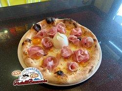 Pizza speciale: fior di latte, pomodorino giallo, crudo di parma e burrata al centro.