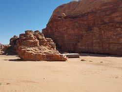 Le camp est situé dans la partie protégée du Wadi Rum, à 10 min du village et donc au calme et à distance d'autres camps.