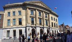 Gerenoveerde stadhuis met indrukwekkende raadszaal