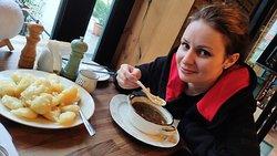 Суп и жареный ананас