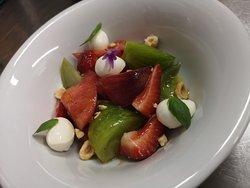 Ensalada de tomates, fresas, mozzarella y avellanas