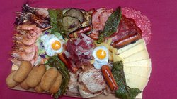 Variadas preparaciones de comidas típicas de la localidad