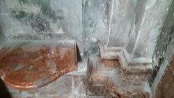 Sopra i preziosi marmi ecco quel che rimane dei preziosi affreschi...polvere...