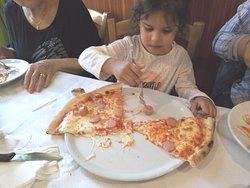 La mia nipotina mangia una pizza superlativa...