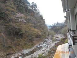 きれいな渓谷にアーチ橋が見えます