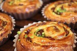 リュスティック、プレミアムブレッドも焼き上がっています。 ぜひ焼き立てパンをお召し上がりください。