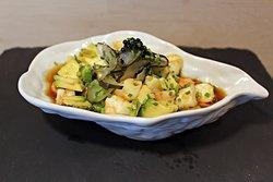 Ceviche de langostinos.  Los langostinos están cortados en trozos pequeños y  marinado en un adobo cítrico.