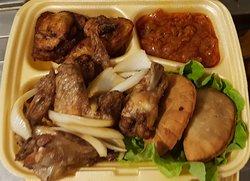 Une assiette chicken pastel : ailes de poulet, banane plantain, pastels eu thon ou au boeuf.