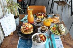Good morning ! Tous les jours de 9h à 11h, nous vous proposons de copieux petits déjeuners avec : bowl Acaï, pancakes, avocado toast, oeufs brouillés & pain brioché. Choisissez le Tandem pour bien démarrer la journée.💙