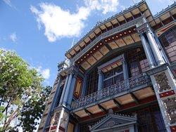 Frontis Pabellón París, edificio que alberga a Museo Artequin en Santiago, Chile.