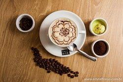 Delicioso cappuccino com creme de avelã ou chocolate, com chantilly fresco sem açúcar e sorvete.Acrescente canela à gosto e aproveite....