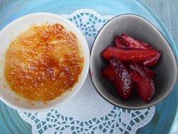 Brylèpudding och jordgubbar på sommarserveringen.