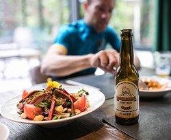 Ensaladas, cerveza artesana local y ciclismo. Nuestra pasión!