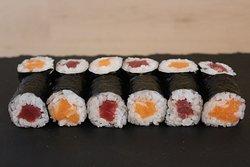 California roll de tonyina i salmó.  California roll de atún rojo y de salmón.