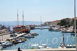 Vue générale du port de Bol. C'est sur la jetée située à gauche que l'on vient prendre le bateau rapide pour Split, qui part tôt le matin.